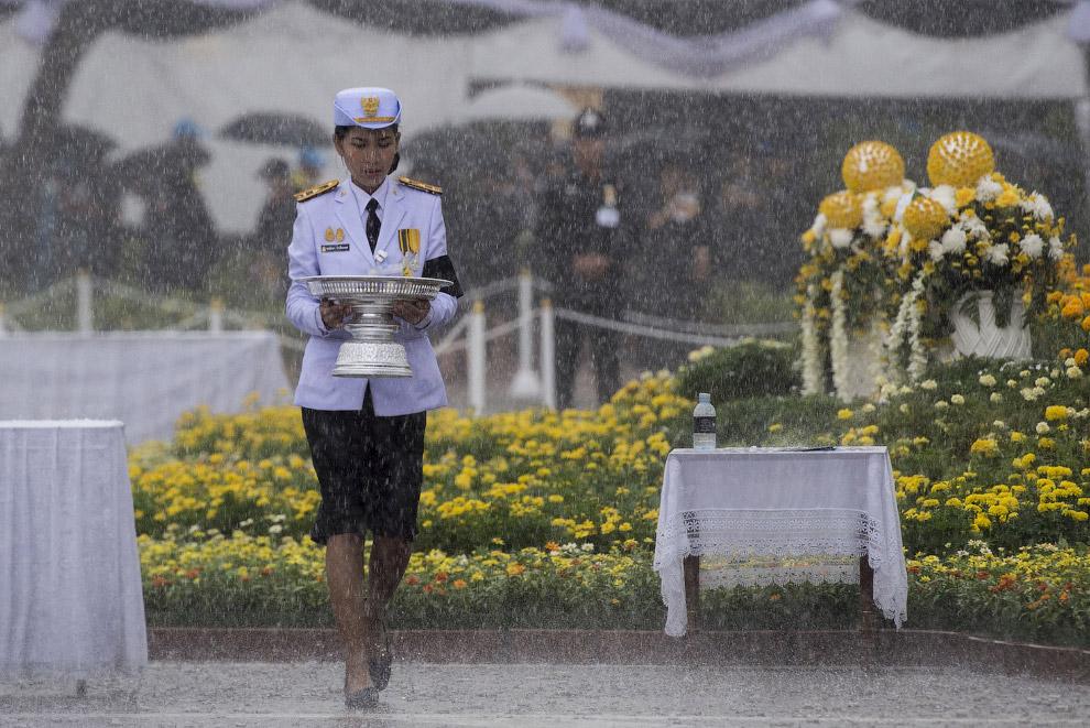 8. Кремации монарха предшествовала многочасовая похоронная процессия, в ходе которой гробовая урна с