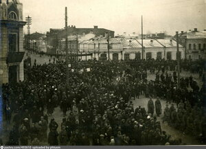 Демонстрация на углу улиц Куйбышева и Коммунистической.