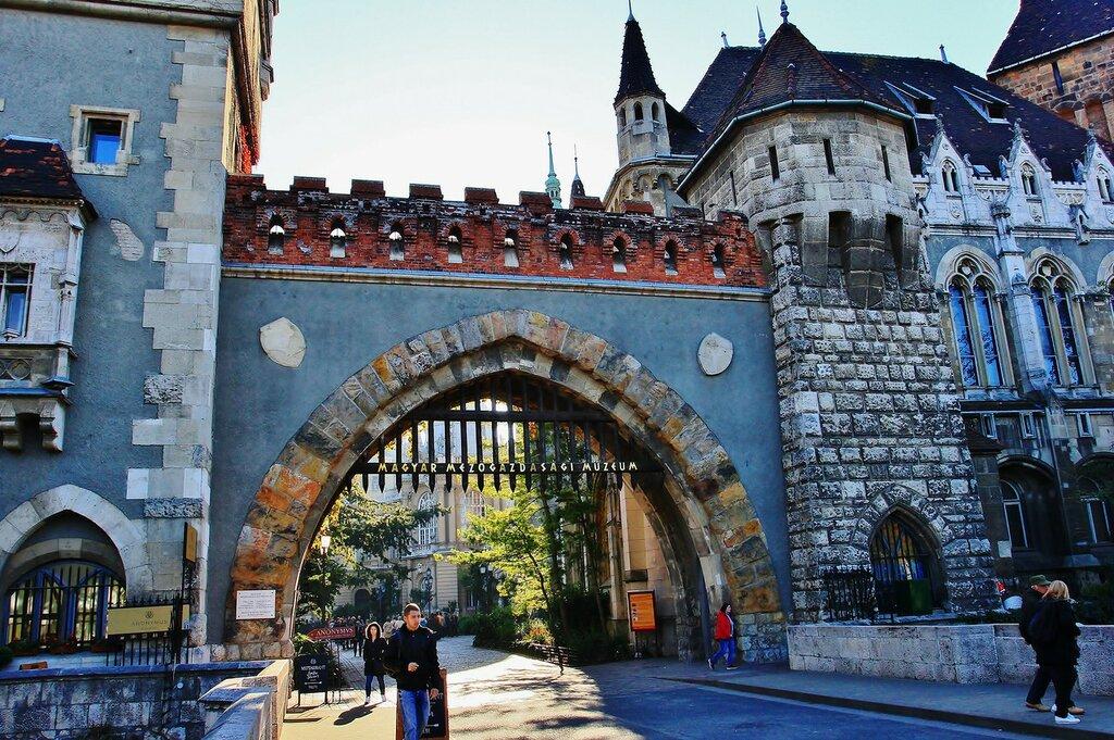 У ворот замка Вайдахуняд в Будапеште