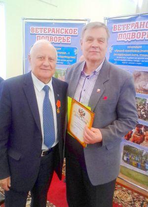 Ветеран труда Николай Шуленков (справа), занял 3-е место в номинации «Во саду ли в огороде...»