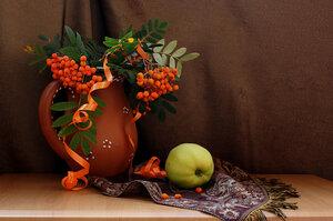 композиция с яблоком и рябиной