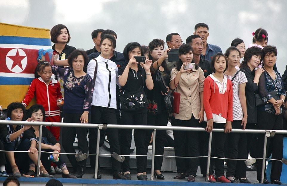 Свадебный круиз по реке в Северной Корее