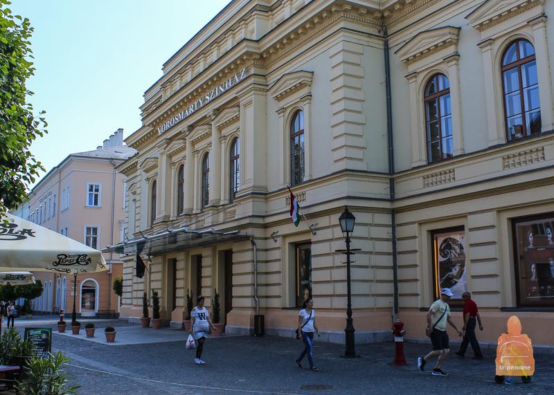 Именно в этом театре многие известные ныне венгерские артисты начинали свою карьеру