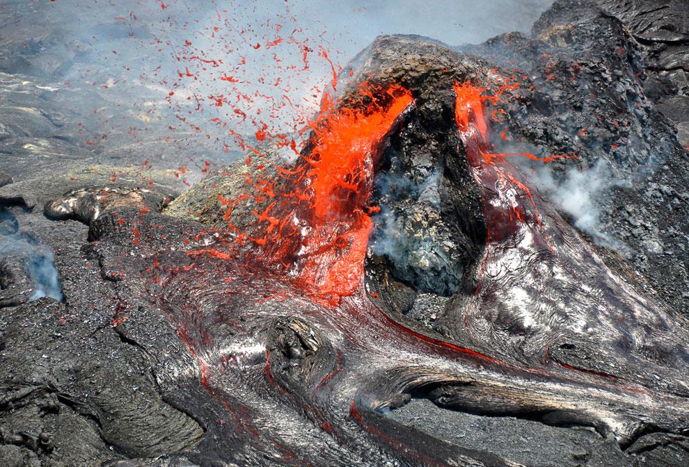 Образовавшийся стеклянный пузырь на потоке из вулкана Килауэа на Гавайях. Обратите внимание на