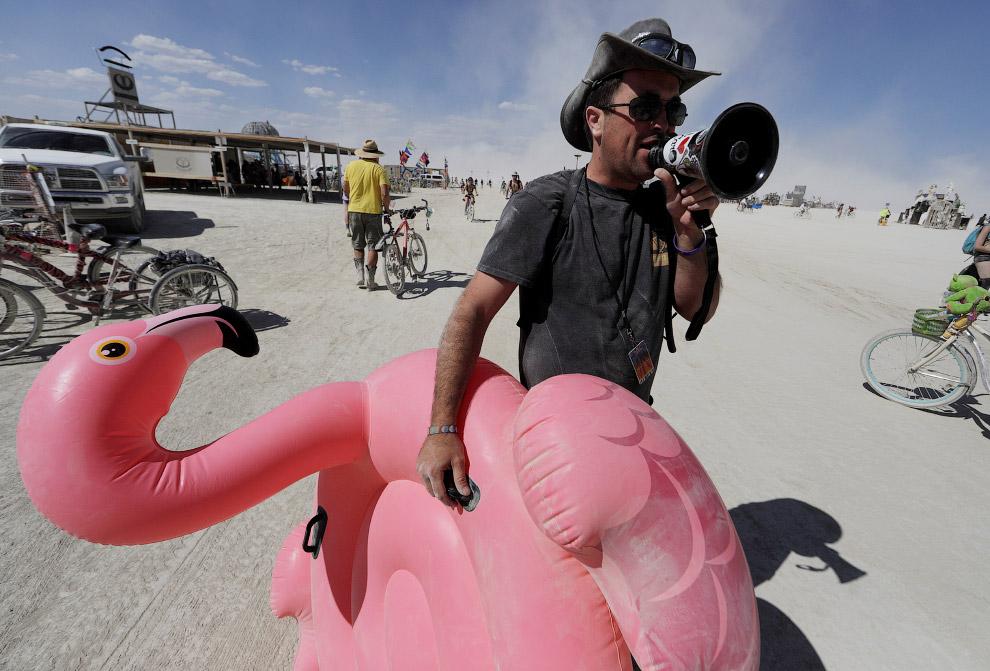 На время проведения фестиваля в пустыне строят многочисленные инсталляции, необычные конструк