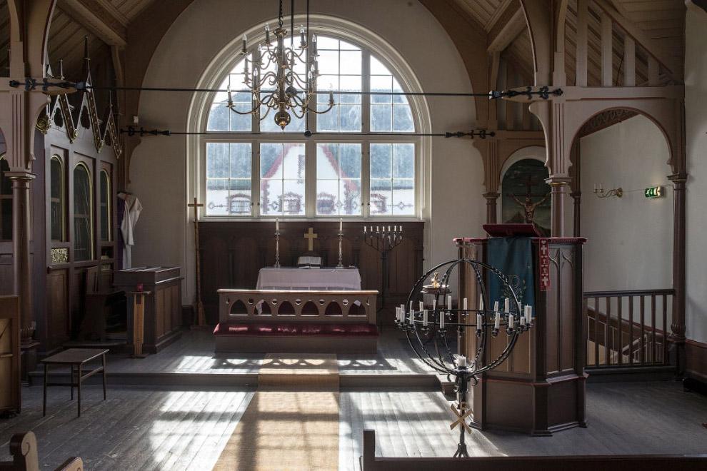 17. Идиллический норвежский пейзаж из окна церкви.