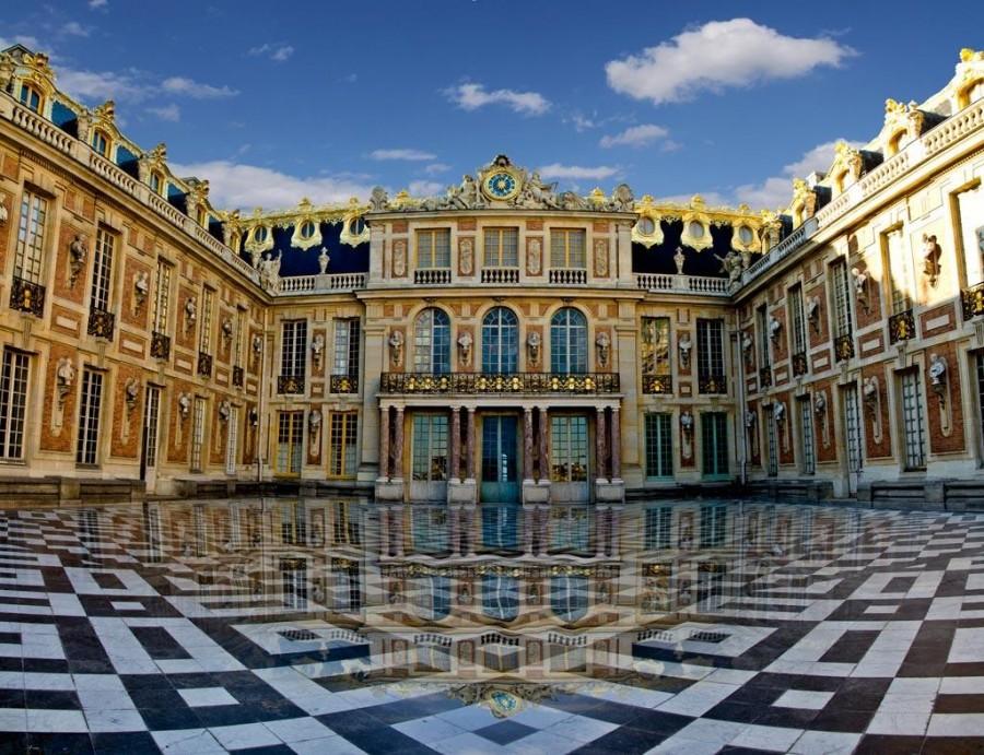 Мраморный двор Версальского дворца, на месте которого раньше находился охотничий домик.    День