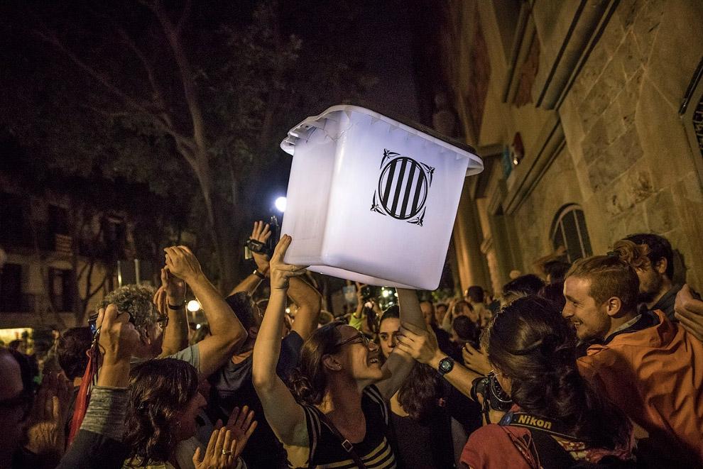 16. Бюллетень «ЗА» независимость. Барселона, 1 октября 2017. (Фото Manu Fernandez):
