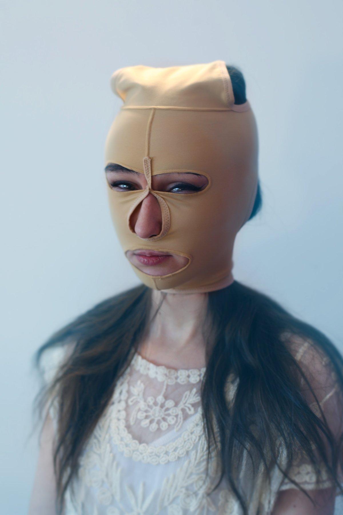 А такая маска выглядит совсем уж неудобно, но, как утверждает продавец, в ней якобы снижается вероят