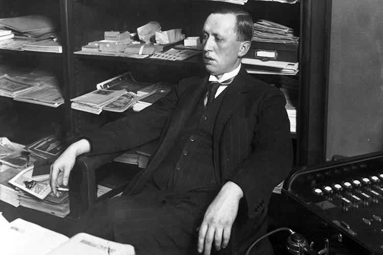 Вслед заЖюлем Верном иГербертом Уэлссом Карел Чапек всерьез занялся научной фантастикой. В1920 го