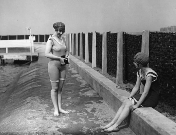 Ребёнок с зонтиком на пляже в 1920 году.