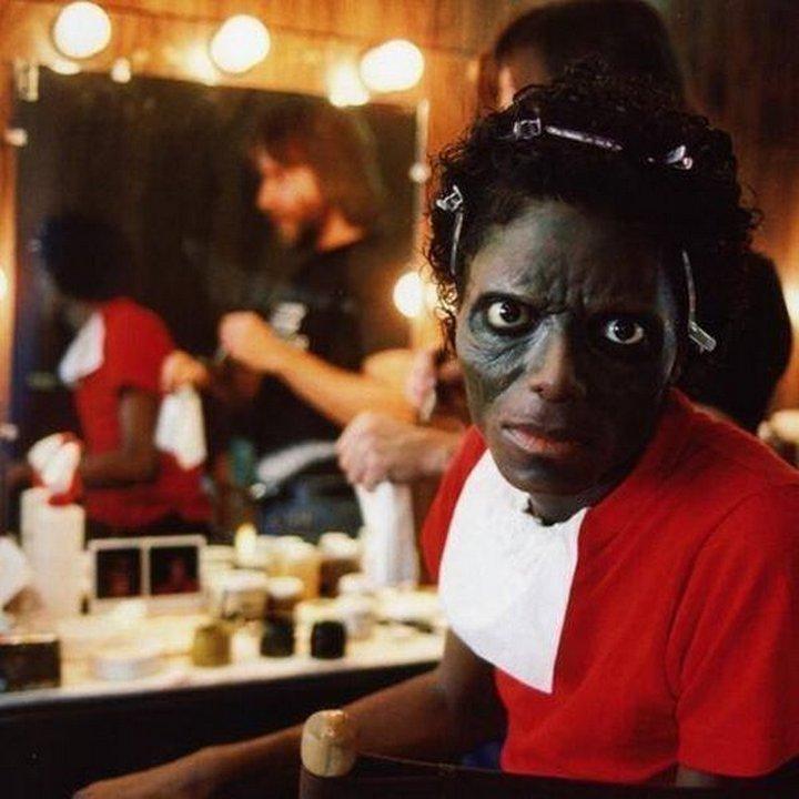 11. Майкла Джексона гримируют для съемок в видеоклипе «Триллер», США, 1982 год