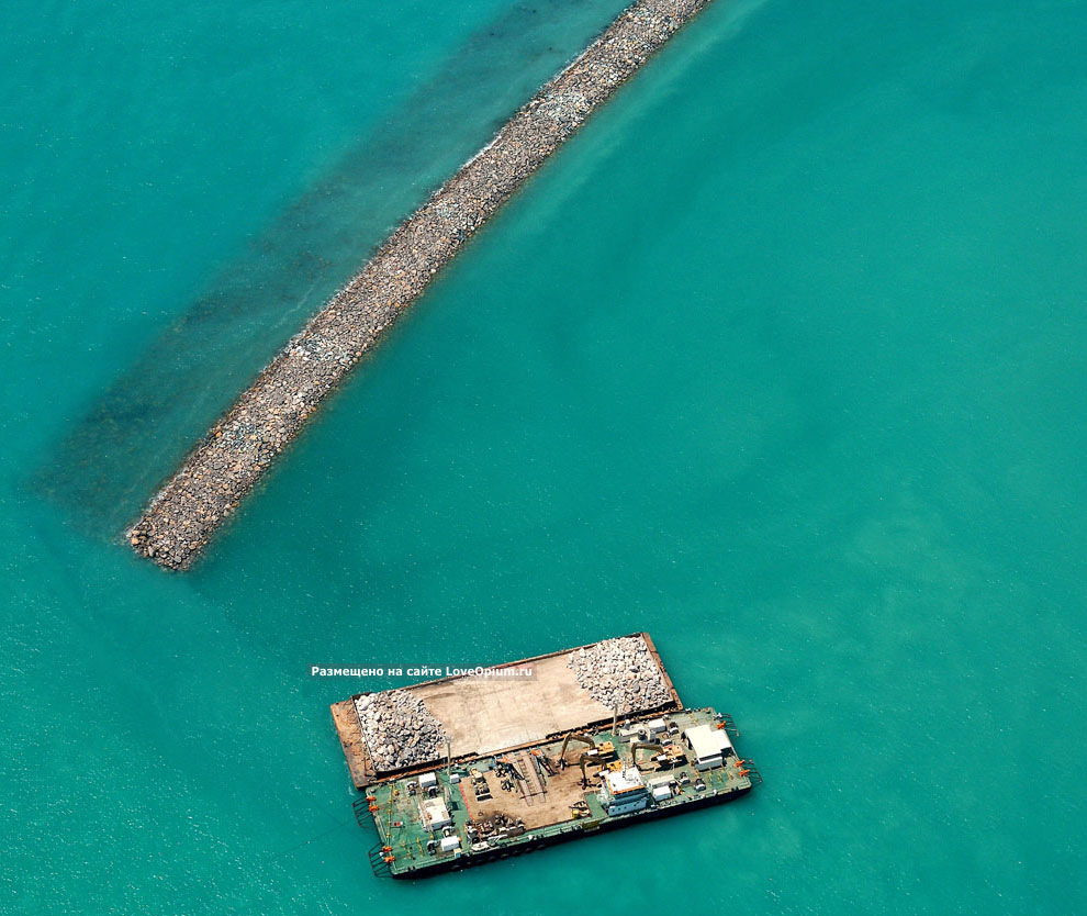К маю 2005 в залив сброшено 15 миллионов тонн камня.