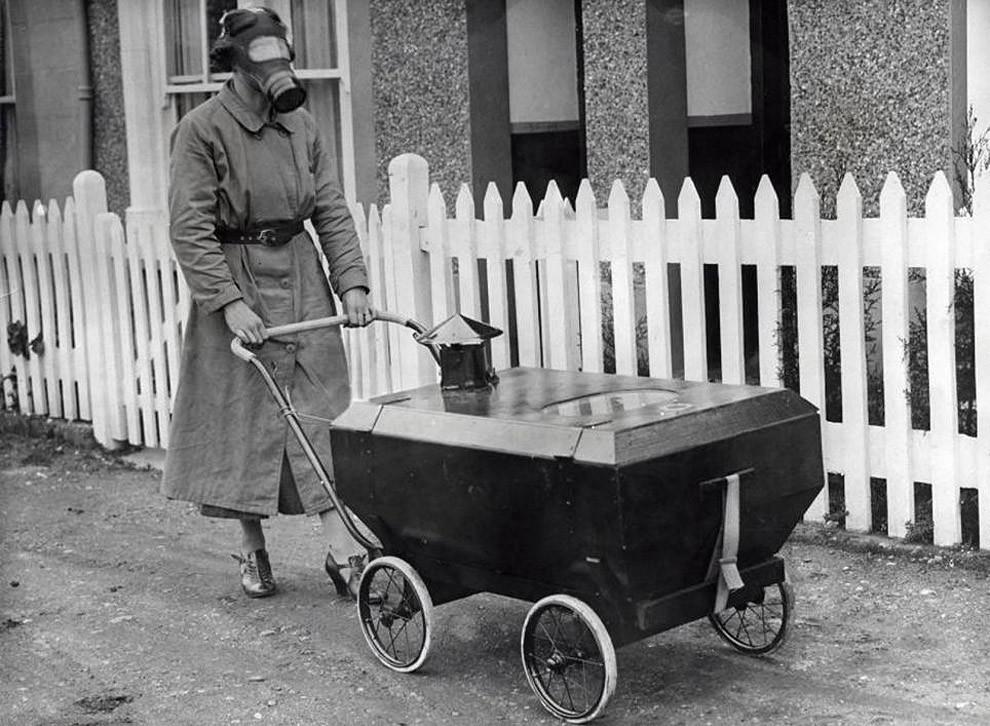 1. Женщина с коляской, оборудованной против газовых атак. Англия, 1938 год.