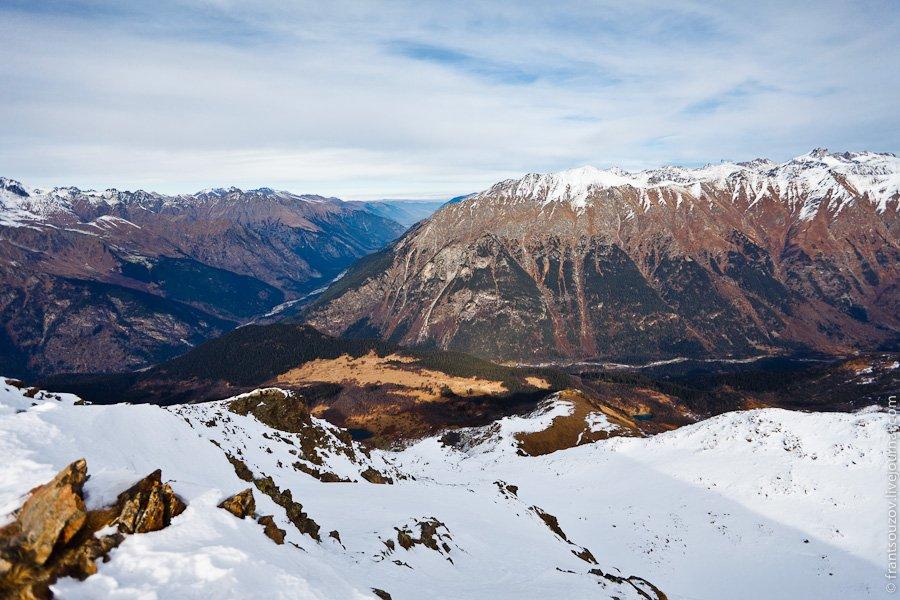 Небольшое горное озеро, через которое проходит ручей: