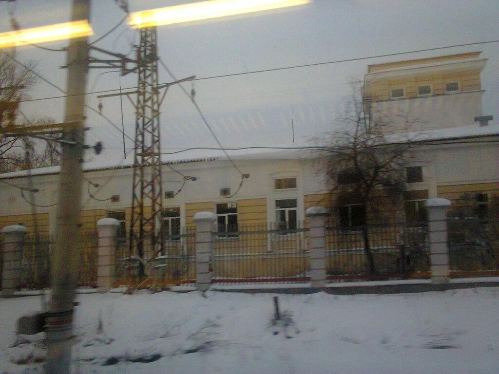 Тяговая подстанция «Старый Петергоф». Вид из окна электропоезда (перегон между станциями «Старый Петергоф» и «Университет») , март 2018 года.