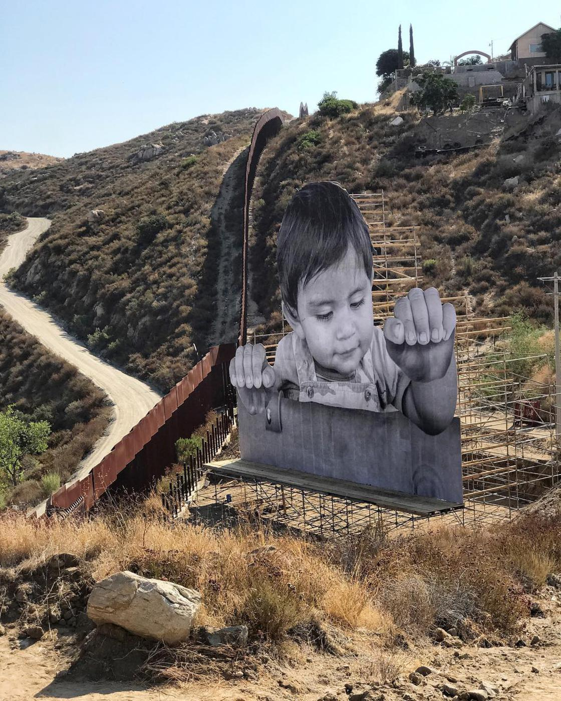 JR organized a giant picnic on the border between the United States and Mexico