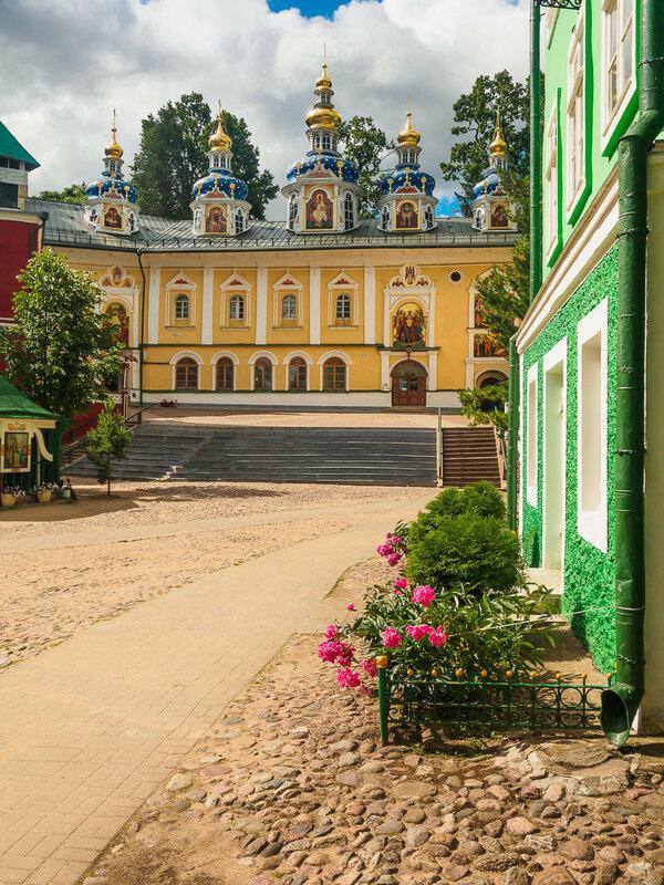 Путь к Успенскому храму назван 'кровавым'. Согласно преданию, Иван Грозный нёс здесь Корнилия, которого убил из-за подозрений в измене.