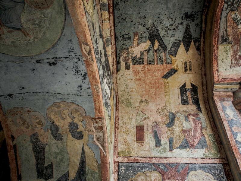 Это один из самых ранних и полных образцов декора монастырских врат.
