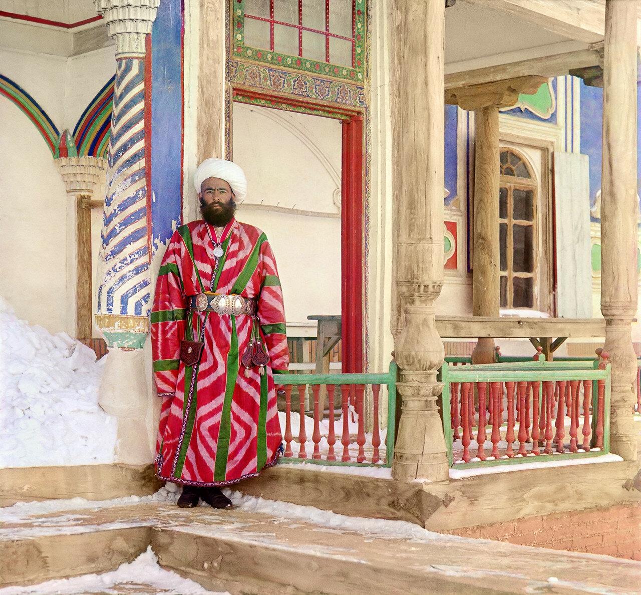 Бухарский чиновник у загородного дворца эмира в саду Шир-Будун