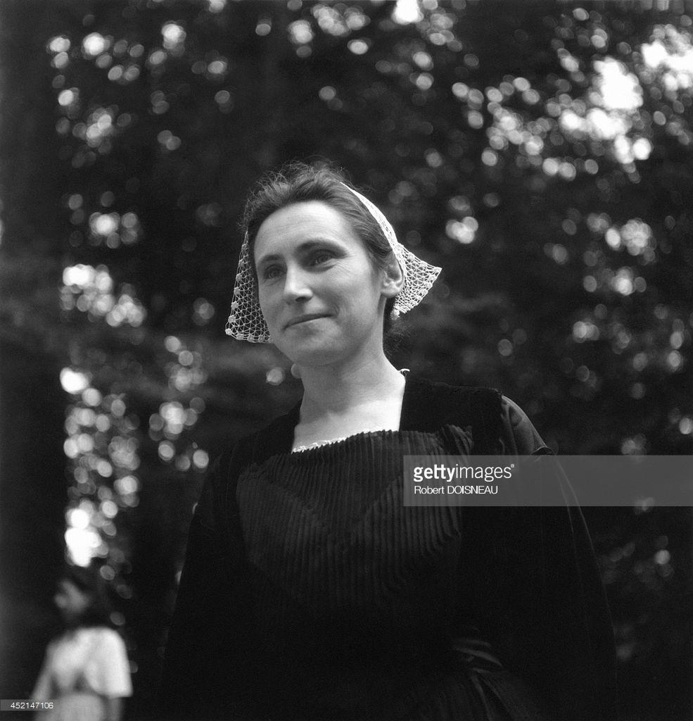 1944. Бретонская женщина в традиционном костюме