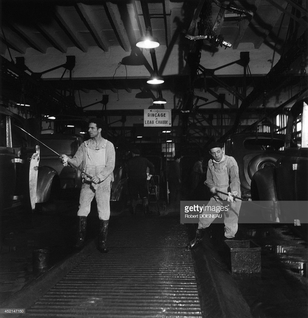 1945. Рабочие на заводе Рено моют автомобили на конвейере
