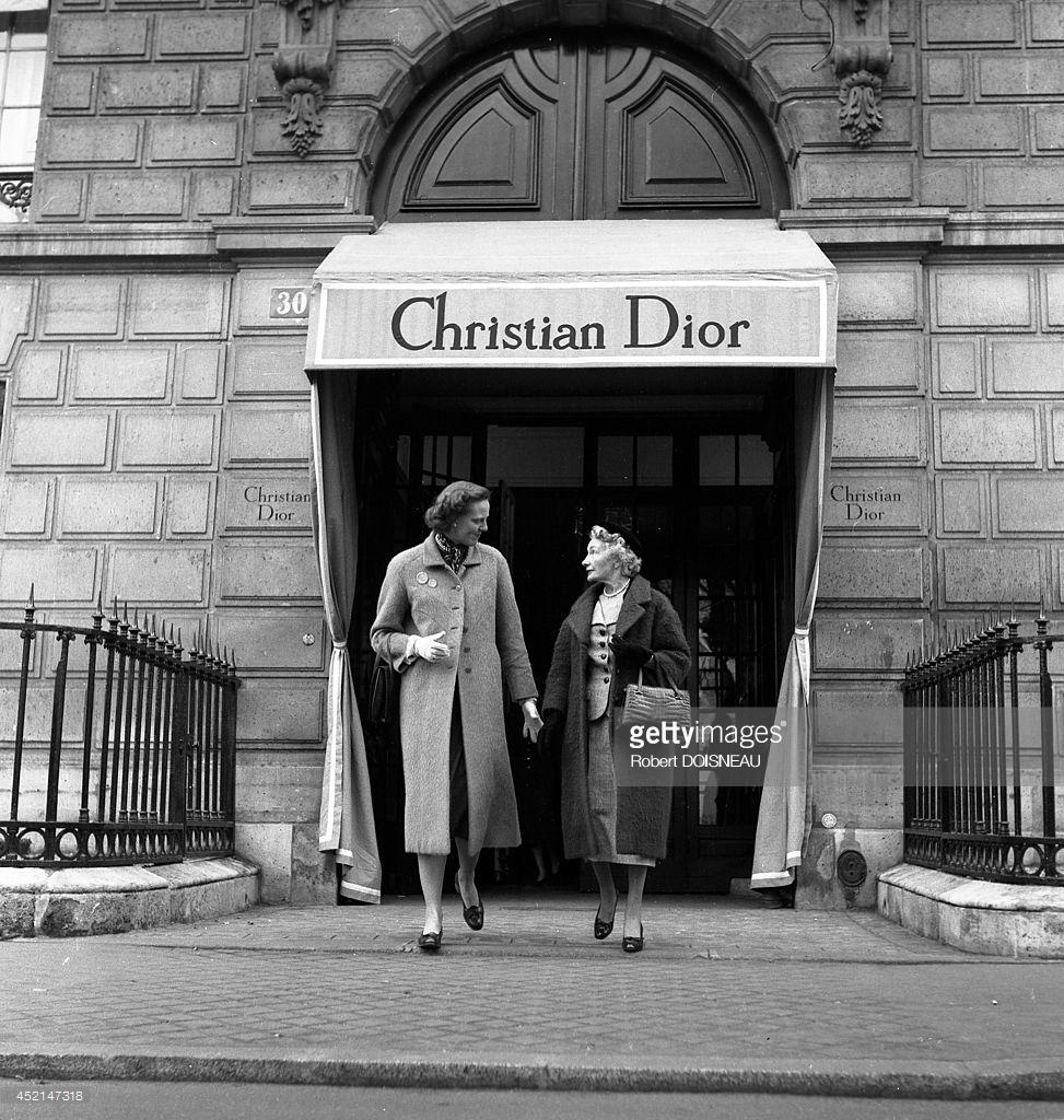 1953. Кармел Сноу, главный редактор американского издания Harper's Bazaar выходит из дома моды Кристиана Диора