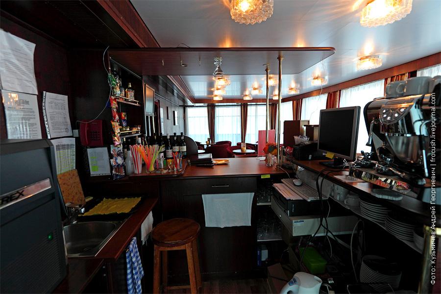 Рабочее место бармена в баре «Приват». теплоход «Кронштадт»