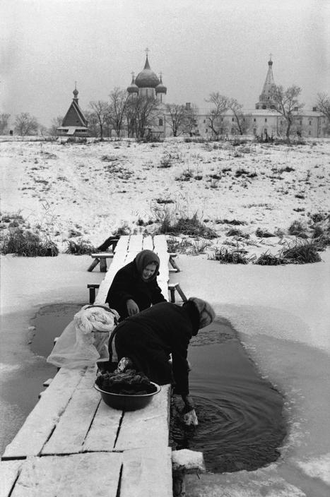 Прачки на замёрзшей реке. 1972, Суздаль Владимирская обл. СССР, Фотограф Картье-Брессон, Анри (1908-2004)