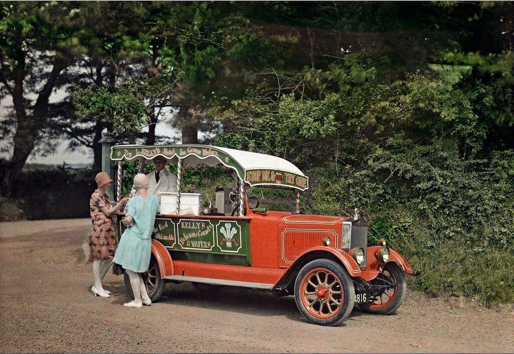 Две женщины покупают мороженое у продавца из преобразованного в ларёк автомобиля в Корнуолле, 1928