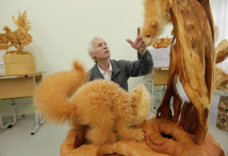 Kak-vyglyadyat-unikalnye-skulptury-iz-derevyannoj-struzhki-16-foto