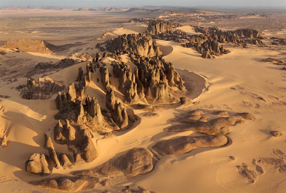 10. Тассили ду Хоггар, Алжир. Красивые вершины природных скалистых скульптур образовались под влияни