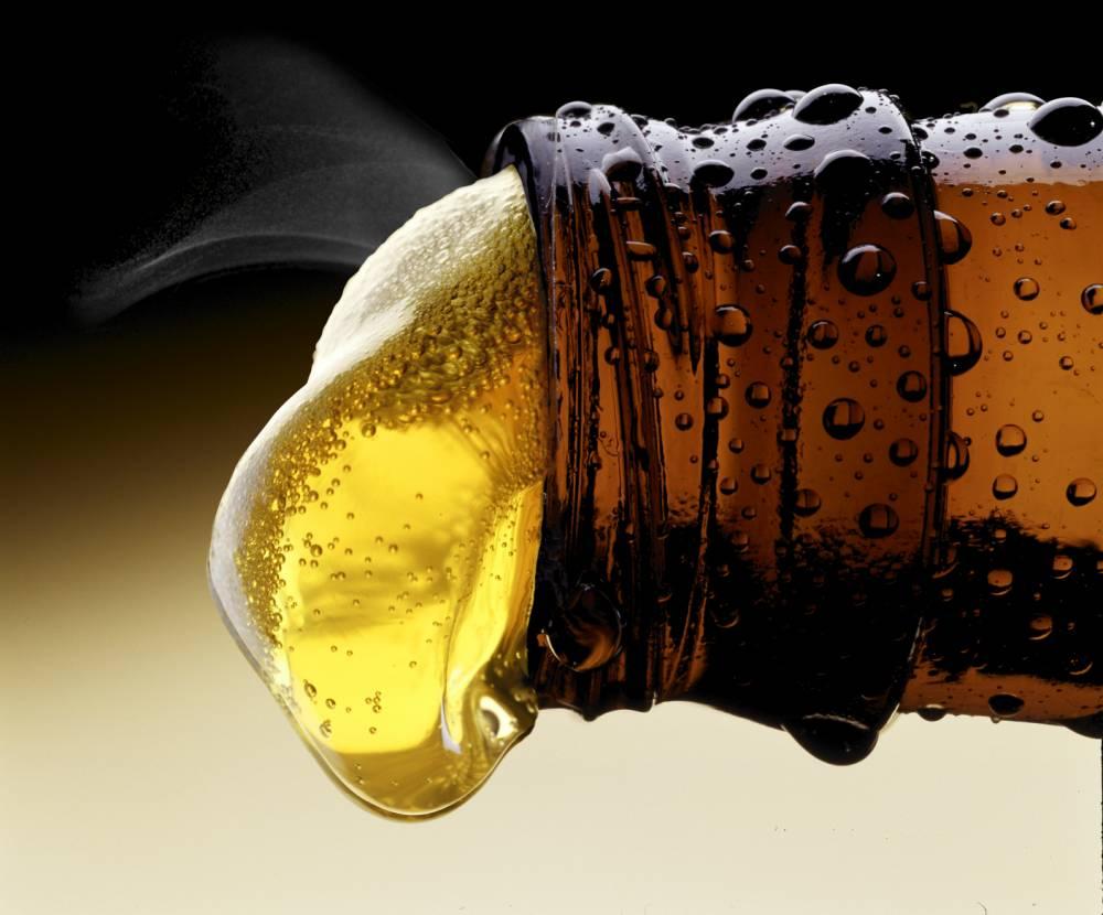 10. Пиво укрепляет кости. Пиво помогает сохранять плотность костей и эластичность суставов за счет с
