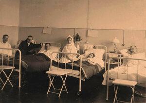Сестра милосердия в палате для тяжелораненых офицеров.