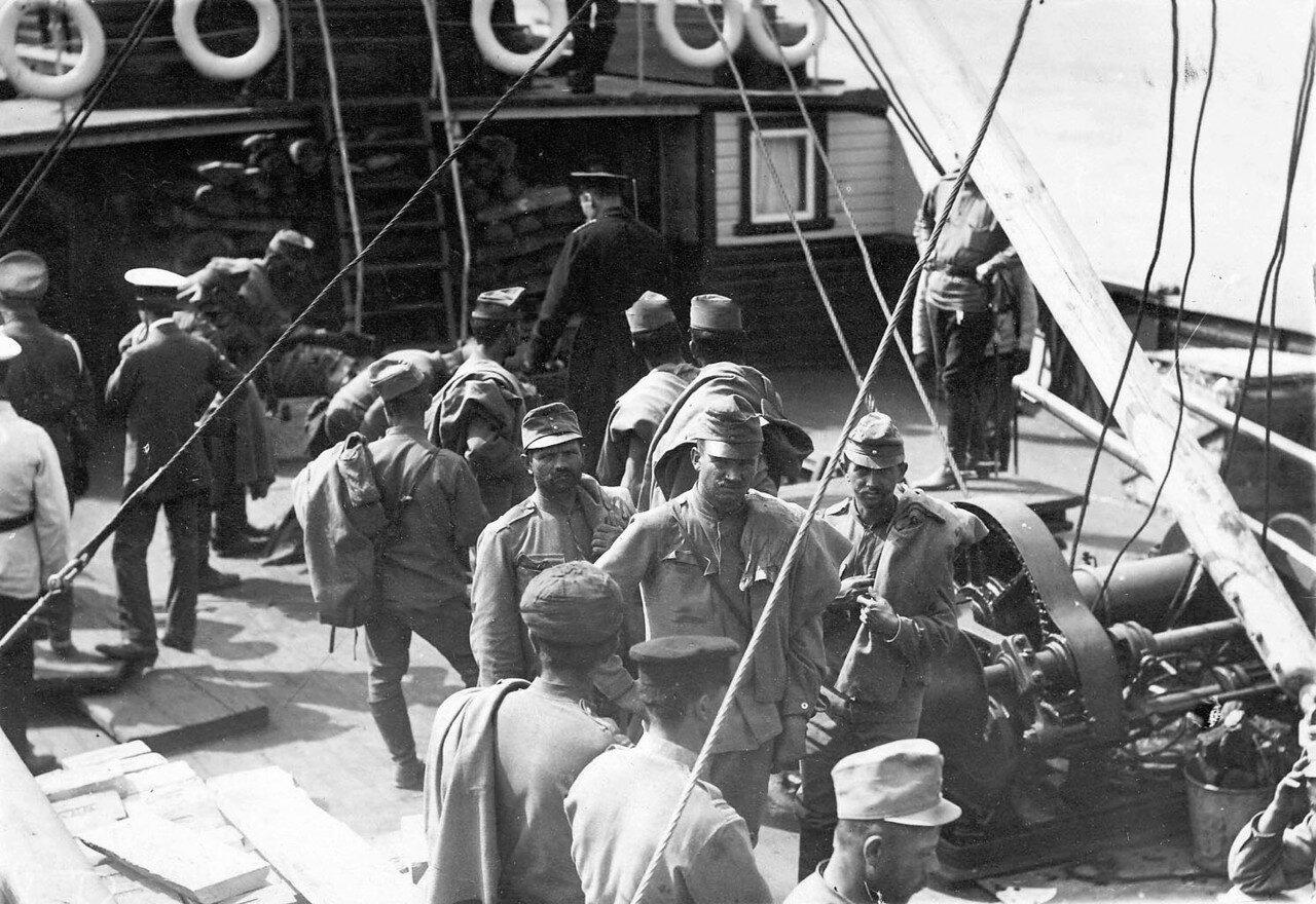 25. Группа австрийских военнопленных на палубе парохода на Неве