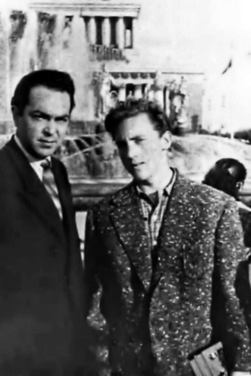 1959. Михаил Яковлев и Владимир Высоцкий на ВДНХ в Москве. Фото Давида Половинчина