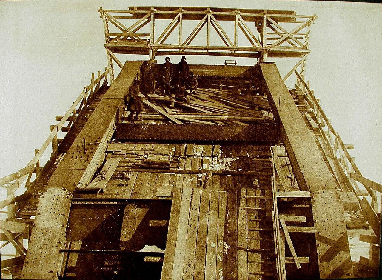 15. Рабочие за склёпкой верхнего пояса моста через р. Зею
