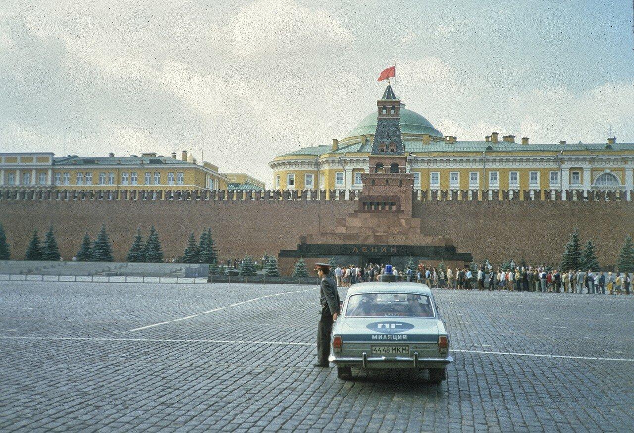Милиционер на Красной площади у гробницы Ленина