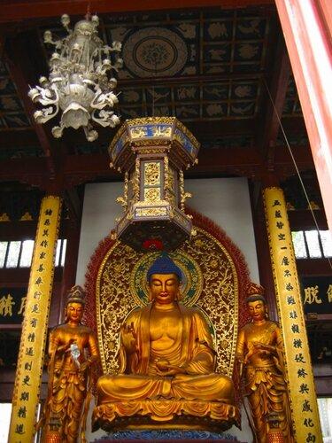 Статуи Будды, богов Солнца и Луны