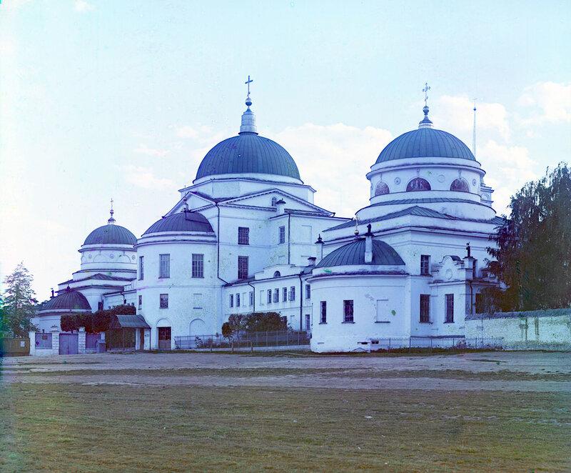 Вьезд в женский Тихвинский монастырь.