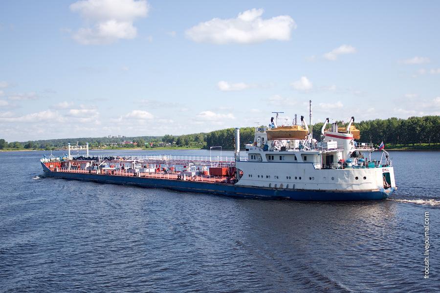 Танкер «Омуль», тип «Волгонефть», проект 1577, 1970 год постройки, бывшее название «Волгонефть-211». 4 июля 2010 года идет вверх по Волге от Ярославля.