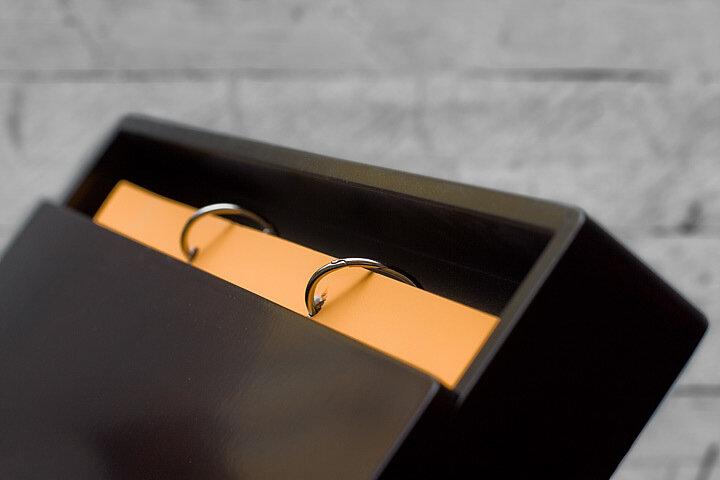 В чёрной деревянной коробке