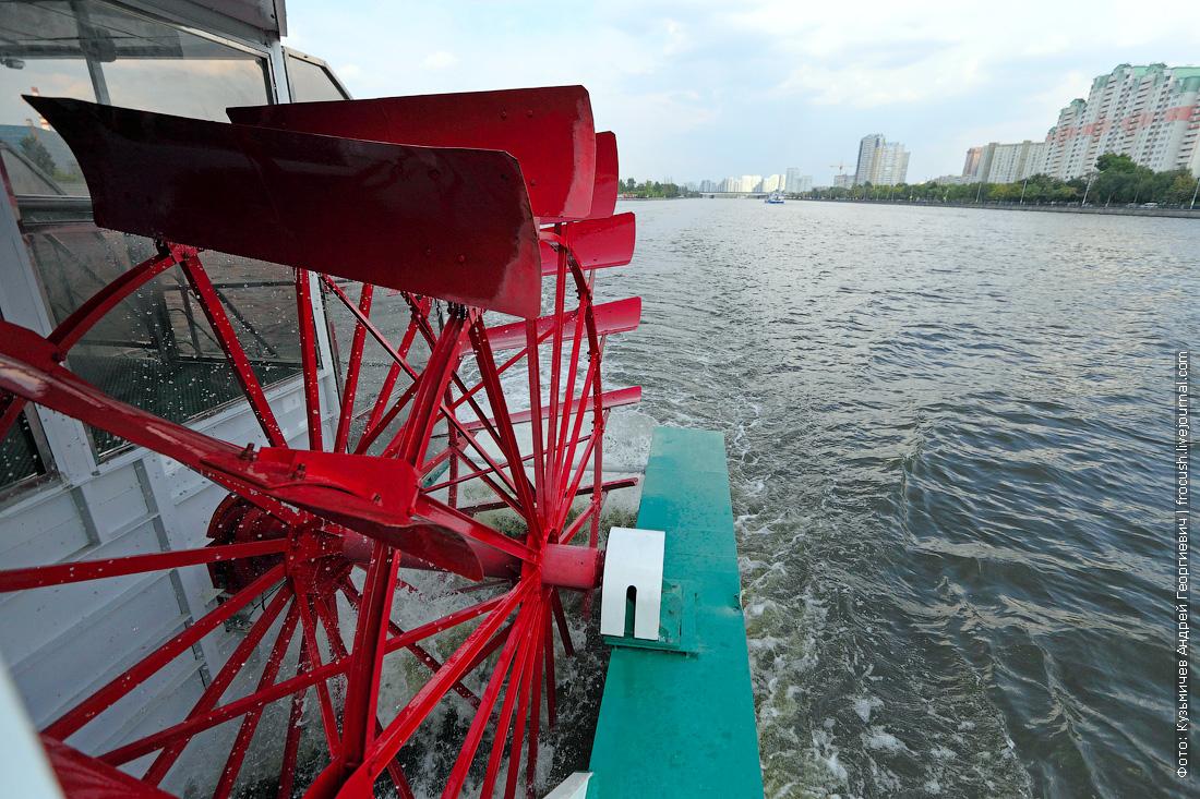 настоящий колесный теплоход КолесовЪ идет по Москве-реке