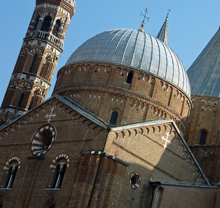 1280px-Domes_and_steeples_of_St._Anthony's_in_Padova - копия.jpg