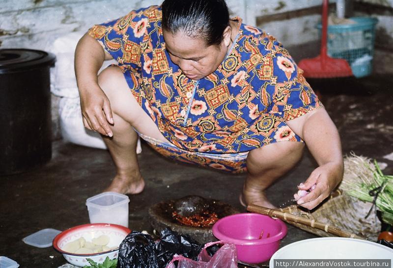 женщина готовит ужин индонезия