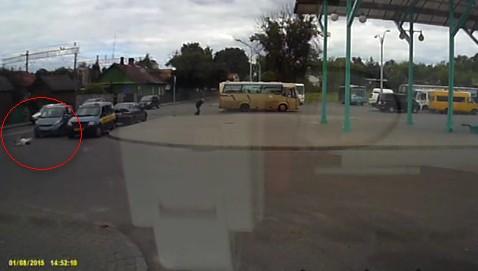 В Гродно около автовокзала Daihatsu сбил 5-летнюю девочку, которая бежала к бабушке. Видео наезда