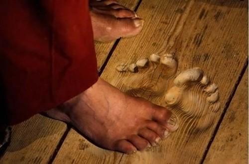 Это отпечатки ног монаха, который молился на одном и том же месте ежедневно множество раз в день в т
