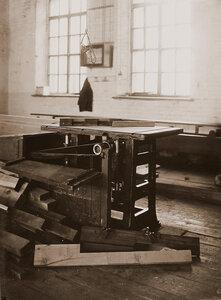Вид деревообрабатывающего станка в одном из цехов мастерской.
