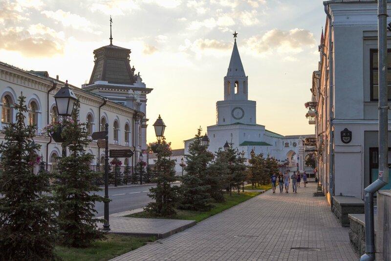 Кремлевская улица и башня Казанского кремля