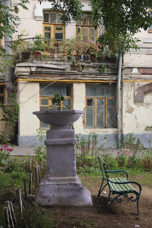 Садик в Малом Трёхсвятительском переулке